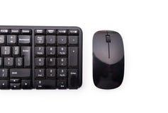 Nahaufnahme des Arbeitsplatzes mit schwarzer Tastatur und Maus Lizenzfreie Stockfotos