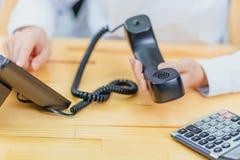 Nahaufnahme des Arbeitsplatzes wird durch das Bürotelefon besetzt Die Technologie der digitalen Verbindung des Gerätes von stockfoto