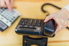 Nahaufnahme des Arbeitsplatzes wird durch das Bürotelefon besetzt Die Technologie der digitalen Verbindung des Gerätes von lizenzfreies stockfoto