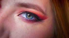 Nahaufnahme des attraktiven weiblichen Makes-up der blauen Augen mit rosa Schatten und bezauberndem Funkeln Rechtes Auge, das auf stock video footage