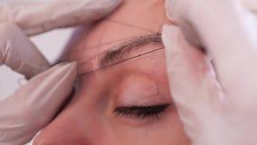 Nahaufnahme des Aufbaus einer Universal-, klassischen Skizze der symmetrischen Augenbrauen, vor dem Verfahren des dauerhaften Mak stock footage