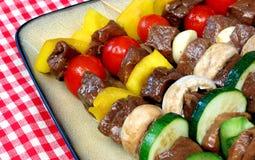 Nahaufnahme des aufgespigessenen Fleisches und des Gemüses Lizenzfreies Stockbild