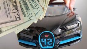 Nahaufnahme des Autometallspielzeugfliegens Vorderansicht Schwarz-Bugattis Chiron in der Luft auf weißem Hintergrund in der mensc stockfotografie