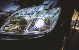 Nahaufnahme des Autoscheinwerfers Stockbild