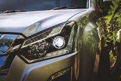 Nahaufnahme des Autoscheinwerfers Stockfotos
