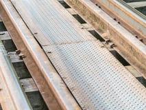 Nahaufnahme des Bahnbahngleises auf Holzbrücke Stockfotos