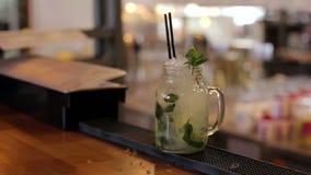 Nahaufnahme des Barmixers Mojito-Cocktails mit Kalk, Minze und Rum in der Bar machend stock footage