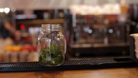 Nahaufnahme des Barmixers Mojito-Cocktails mit Kalk, Minze und Rum in der Bar machend stock video footage
