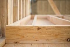 Nahaufnahme des Bauholzes gestaltend an einer Baustelle Stockfotos