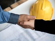 Nahaufnahme des Betriebsberaters planierend am Baustelleprojekt, Dokumente, Arbeitskraftwerkzeug lizenzfreie stockbilder