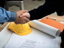 Nahaufnahme des Betriebsberaters planierend am Baustelleprojekt, Dokumente, Arbeitskraftwerkzeug lizenzfreies stockbild