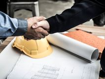 Nahaufnahme des Betriebsberaters planierend am Baustelleprojekt, Dokumente, Arbeitskraftwerkzeug stockfotos