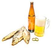 Nahaufnahme des Bieres und drei Stockfisches lizenzfreie stockfotografie