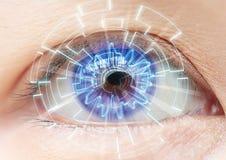 Nahaufnahme des blauen Auges der Frau Hochtechnologien im futuristi Lizenzfreies Stockfoto