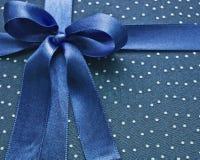 Nahaufnahme des blauen Bogens auf Gewebe Lizenzfreie Stockbilder