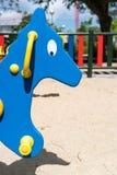 Nahaufnahme des blauen Pferds am Spielplatz Lizenzfreies Stockbild