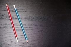 Nahaufnahme des Bleistiftradiergummis auf Holztisch, Weichzeichnung Fehlerlöschenkonzept korrigieren Sie oder löschen Sie letzte  Stockfotos