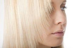 Nahaufnahme des blonden Haares Stockbilder