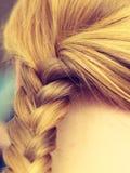 Nahaufnahme des blonden umsponnenen Haares der Frau Stockbild