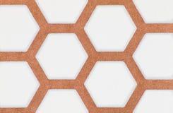 Nahaufnahme des braunen und weißen Hexagonmuster-Tapetenhintergrundes Lizenzfreie Stockfotos