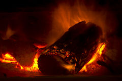 Nahaufnahme des Brennens des heißen Holzfeuers im Dickbauch-Ofen Stockbild