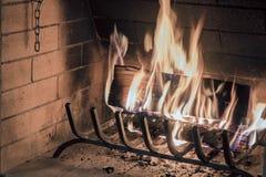 Nahaufnahme des Brennholzes brennend im Feuer Lizenzfreie Stockfotos