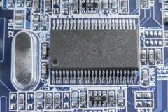 Nahaufnahme des Brettes der elektronischen Schaltung mit dem Prozessor getont stockbilder
