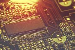 Nahaufnahme des Brettes der elektronischen Schaltung mit Prozessor Stockfotografie