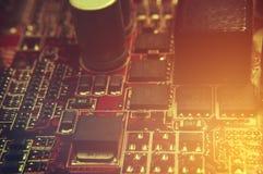 Nahaufnahme des Brettes der elektronischen Schaltung mit Prozessor Stockbilder