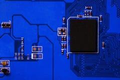 Nahaufnahme des Brettes der elektronischen Schaltung mit Prozessor Lizenzfreie Stockfotografie