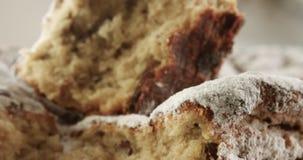 Nahaufnahme des Briochekuchens Beschaffenheit des Kuchens mit Rosinen stock footage
