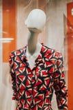Nahaufnahme des bunten Kleides auf Mannequin im Frauenmodespeicher lizenzfreie stockfotos