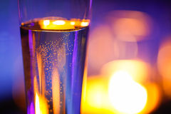 Nahaufnahme des candlelit Glases mit funkelndem Champagner stockbilder