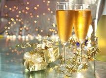 Nahaufnahme des Champagners in den Gläsern und in den Geschenken lizenzfreie stockfotos