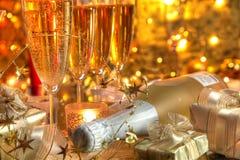 Nahaufnahme des Champagners in den Gläsern und in den Geschenken Lizenzfreie Stockbilder