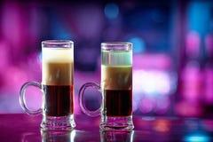Nahaufnahme des Cocktails mit zwei Dreischichten lizenzfreie stockfotos
