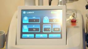 Nahaufnahme des Cosmetologyausrüstungsschirmes Medizinische Ausrüstung im Badekurortsalon stock video