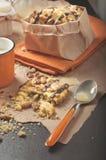 Nahaufnahme des defekten Plätzchens mit Erdnüssen und Löffel mit kondensiert lizenzfreies stockbild