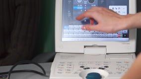 Nahaufnahme des Einstellens des medizinischen ophthalmological Apparates auf die Untersuchung stock footage