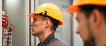 Nahaufnahme des Elektrikeringenieurs arbeitet mit Drähten der elektrischen Leitung Lizenzfreie Stockbilder