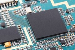 Nahaufnahme des elektronischen Chipcomputers auf Leiterplatte mit Prozessor-CPU-Hintergrund Stockbild