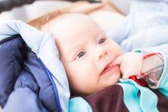 Nahaufnahme des entzückenden kaukasischen Babys Porträt eines drei Monate alte Babys Stockfotografie