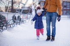Nahaufnahme des entzückenden kleinen Mädchens mit jungem Vati an Lizenzfreie Stockbilder