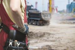 Nahaufnahme des Erbauers in der Uniform bei der Arbeit Lizenzfreies Stockbild