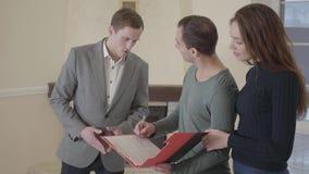 Nahaufnahme des erfolgreichen Mannzeichen-Hypothekenvertrages, setzte Mietvertrag des Kaufs der Unterzeichnung im Verkauf Zufried stock footage