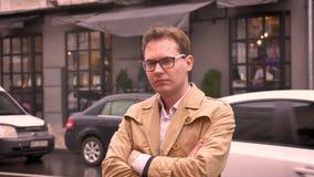 Nahaufnahme des erwachsenen kaukasischen Mannes, der auf die frustrierte und ernste Stellung der Straße auf dem Bürgersteig in de stock video