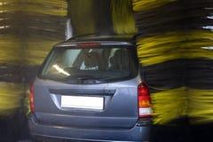 Nahaufnahme des Fahrzeugs in der Autowäsche Stockfotografie