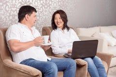 Nahaufnahme des Familienlesebuches und des trinkenden Tees stockfotos