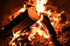 Nahaufnahme des Feuers oder des Lagerfeuers, des Burning und der glühenden hölzernen Klotz Stockfotografie