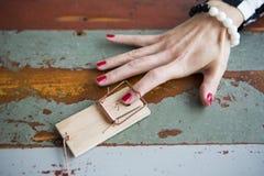 Nahaufnahme des Fingers der Frau in der Mausefalle Lizenzfreies Stockbild